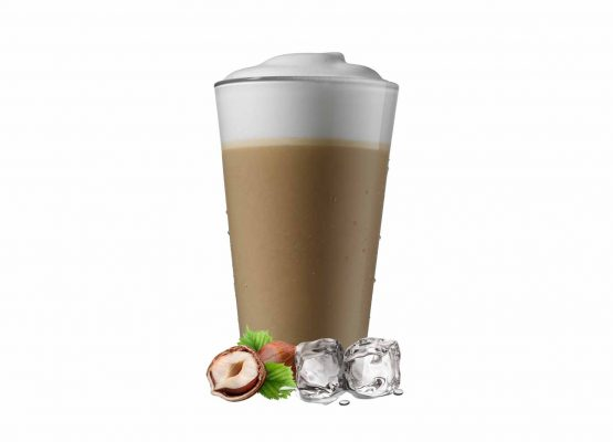 Kald kaffe latte med isbiter og hasselnøtter