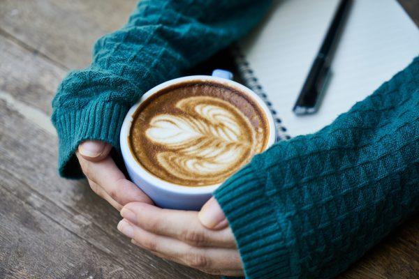 lykkelig med kaffe