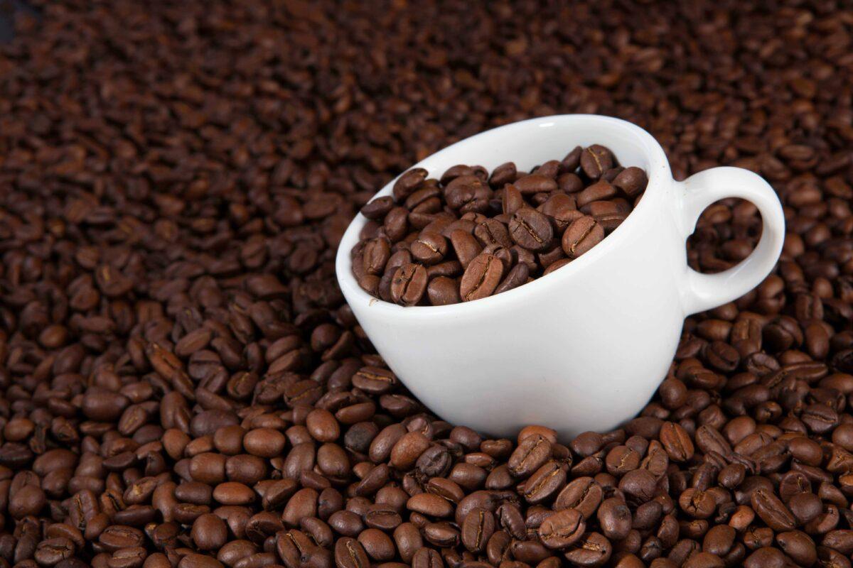 kaffebønner og kaffekopp